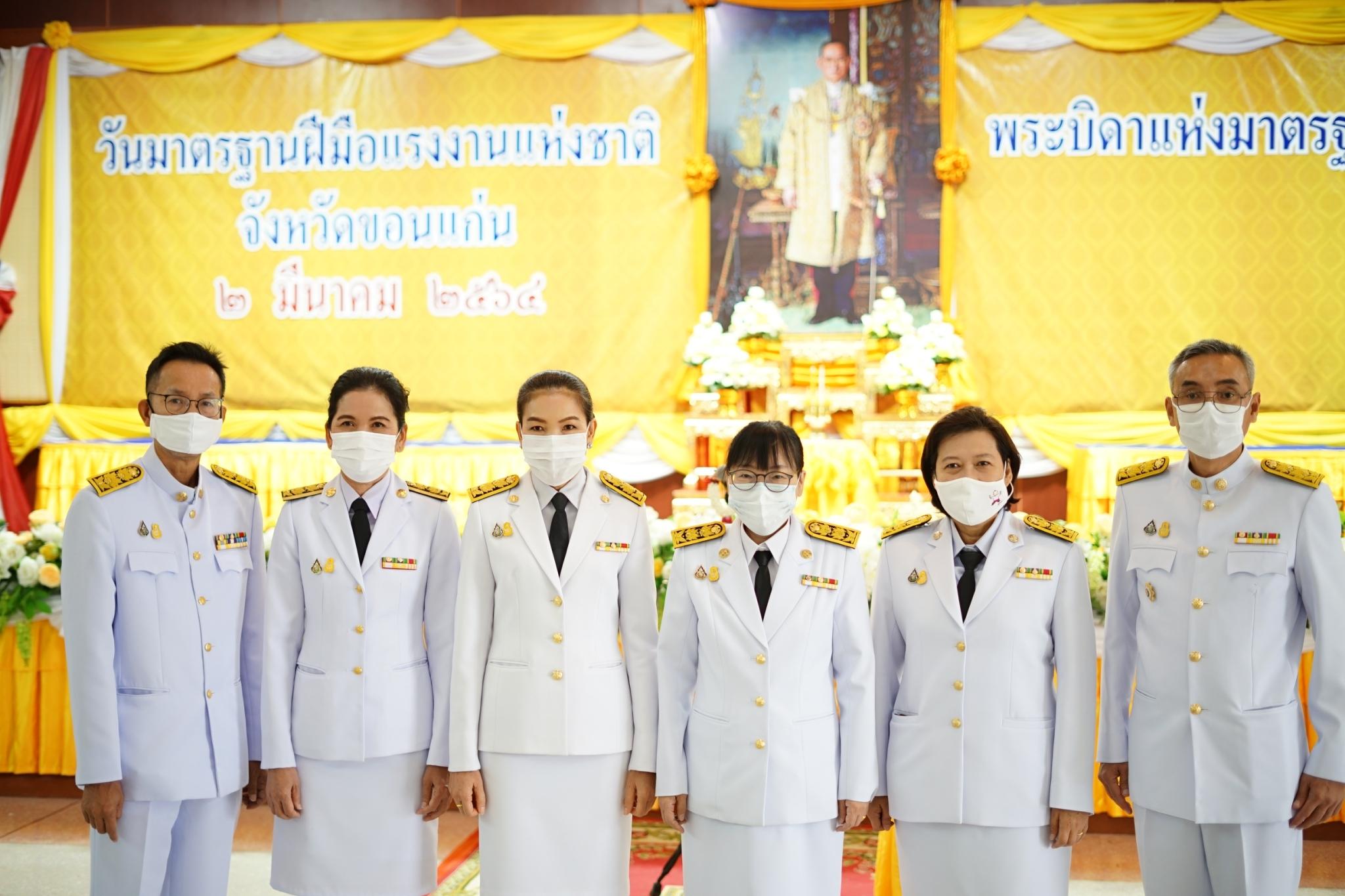 """เข้าร่วมพิธีถวายเครื่องราชสักการะแด่พระบาทสมเด็จพระบรมชนกาธิเบศ มหาภูมิพลอดุลยเดชมหาราช บรมนาถบพิตร """"พระบิดาแห่งมาตรฐานการช่างไทย"""" วันมาตรฐานฝีมือแรงงาน"""